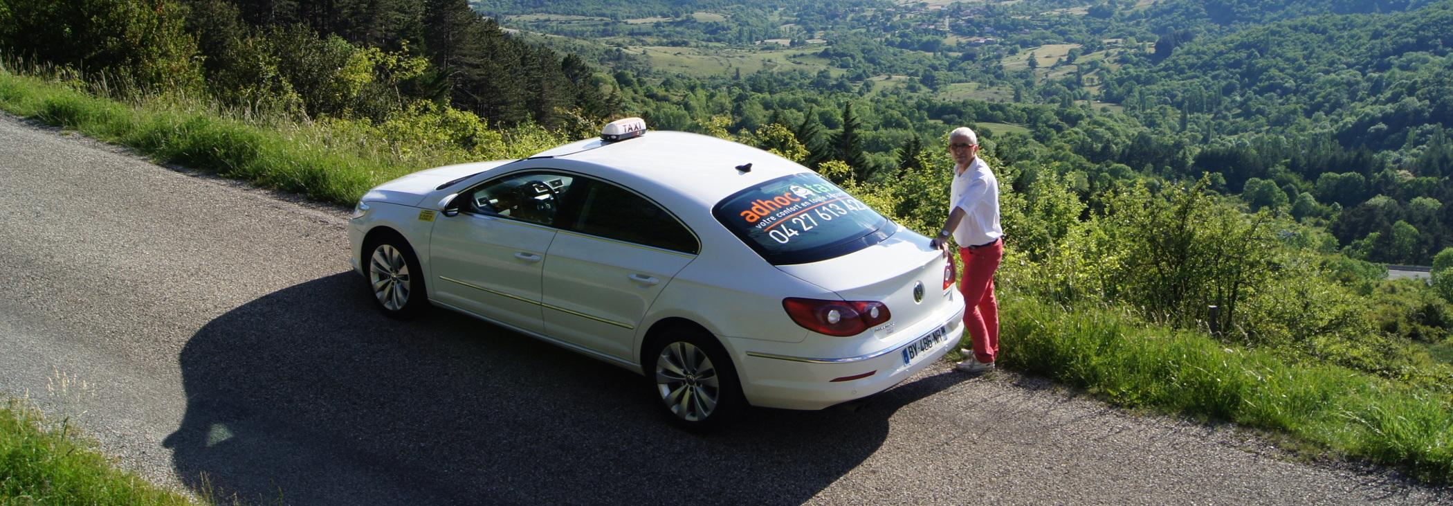 Taxi et chauffeur Adhoc Taxi sur une route d'Ardèche pas loin de Privas.